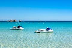 喷气机滑雪停泊在Rondinara海滩中绿松石水在Co的 库存图片