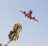 喷气机Aiplane国内航空公司飞行为登陆下降 库存照片