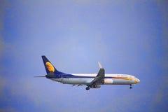 喷气航空公司在天空的飞机飞行 图库摄影