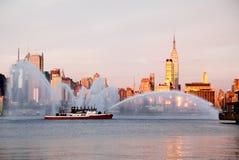喷水救火船的显示 免版税库存照片