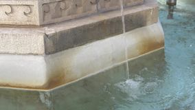 喷水的喷泉在一个夏日 股票录像