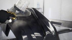 喷水隆头特写镜头视图有染料的汽车的在服务的工作者的手上 股票录像