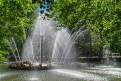 喷泉'太阳'在圣徒的Pterburg,俄罗斯Petergof彼得宫 免版税库存照片
