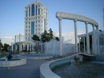 喷泉、小桥梁和白色专栏在公园 免版税图库摄影