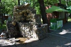 喷泉一个饮用的碗抢救人和和不仅动物和鸟 免版税库存照片