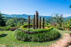 喷泉八竹子柱子在庭院里 免版税图库摄影