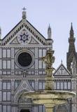 喷泉和三塔Croce大教堂在佛罗伦萨,意大利 免版税库存图片