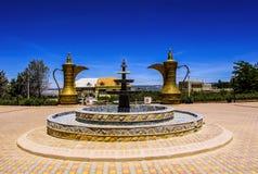 喷泉和两个巨大的瓶子装饰庭院,摩洛哥 库存图片