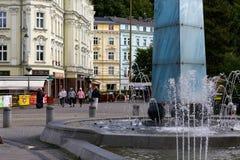 喷泉和五颜六色的大厦 免版税库存照片