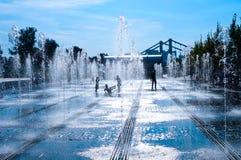 喷泉和儿童剪影胡同  免版税库存照片