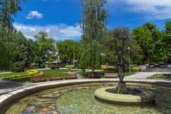 喷泉和公园在Hisarya,保加利亚镇的中心  免版税库存照片