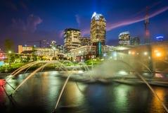 喷泉和夏洛特地平线在第一个病区公园在晚上, 图库摄影
