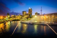 喷泉和夏洛特地平线在第一个病区公园在晚上, 免版税库存照片