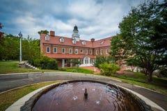 喷泉和大厦在萨利姆学院,在温斯顿萨兰姆,北部 库存照片