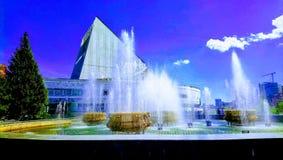 喷泉和天空 免版税库存图片