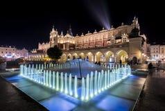 喷泉和布料大厅在克拉科夫,波兰 库存照片