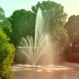 喷泉和彩虹在里加 库存图片