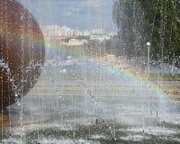 喷泉和彩虹 免版税库存照片