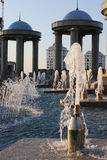 喷泉和有蓝色圆顶的石头亭子 图库摄影