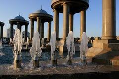 喷泉和有domes1的石头亭子 图库摄影