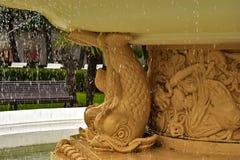 喷泉和水下落有被弄脏的背景 免版税库存照片