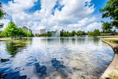 喷泉和湖 库存照片