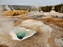 喷泉和热量湖在黄石 免版税库存照片