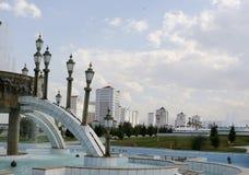 喷泉和现代apartamentes 免版税库存照片