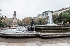 喷泉和纪念碑在都市公园每雨天 免版税库存图片