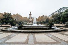 喷泉和纪念碑在都市公园每雨天 库存图片