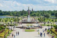 喷泉和纪念碑胡同的看法以纪念雅罗斯拉夫尔市1000th周年河伏尔加河的Strelka的 图库摄影