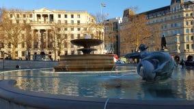喷泉和美丽的大厦与旗子 图库摄影