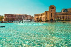 喷泉和美好的建筑复合体在共和国摆正 旅游建筑学地标 观光在耶烈万 城市 库存照片