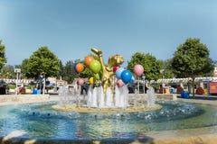 喷泉和金属装饰气球在游乐园端起aventura,西班牙 免版税库存照片