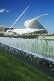 喷泉和雕塑在密尔沃基美术馆的入口密歇根湖的,密尔沃基, WI 免版税库存照片