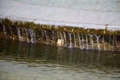 喷泉和水注在一个明亮的晴天 图库摄影