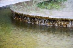 喷泉和水注在一个明亮的晴天 免版税库存照片