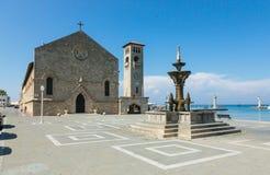 喷泉和Evangelismos教会在Mandraki港口,罗得岛, G 图库摄影