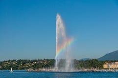 喷泉喷气机D'在日内瓦湖,瑞士的eau令人惊讶的彩虹视图  免版税图库摄影