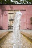 喷泉在一个东方庭院里 免版税库存照片