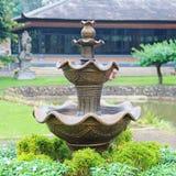 喷泉在一个亚洲庭院里 库存照片