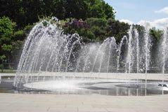 喷泉在一个夏天庭院里在莫斯科 免版税图库摄影