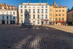 喷泉在一个法院围场的中心 免版税库存照片