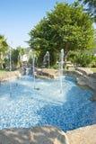 喷泉在一个美丽的庭院里 库存照片