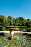 喷泉在一个被修剪的公园或公园里 库存图片