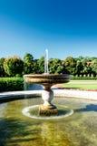 喷泉在一个被修剪的公园或公园里 免版税库存照片