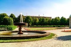 喷泉在一个被修剪的公园或公园里 免版税库存图片