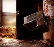 喷泉在一家被放弃的医院 免版税库存图片