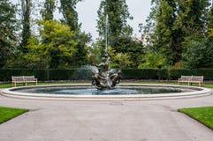 喷泉在伦敦公园,一直喷水与benche 免版税库存图片