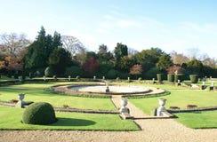 喷泉在修剪的花园庭院里 库存图片